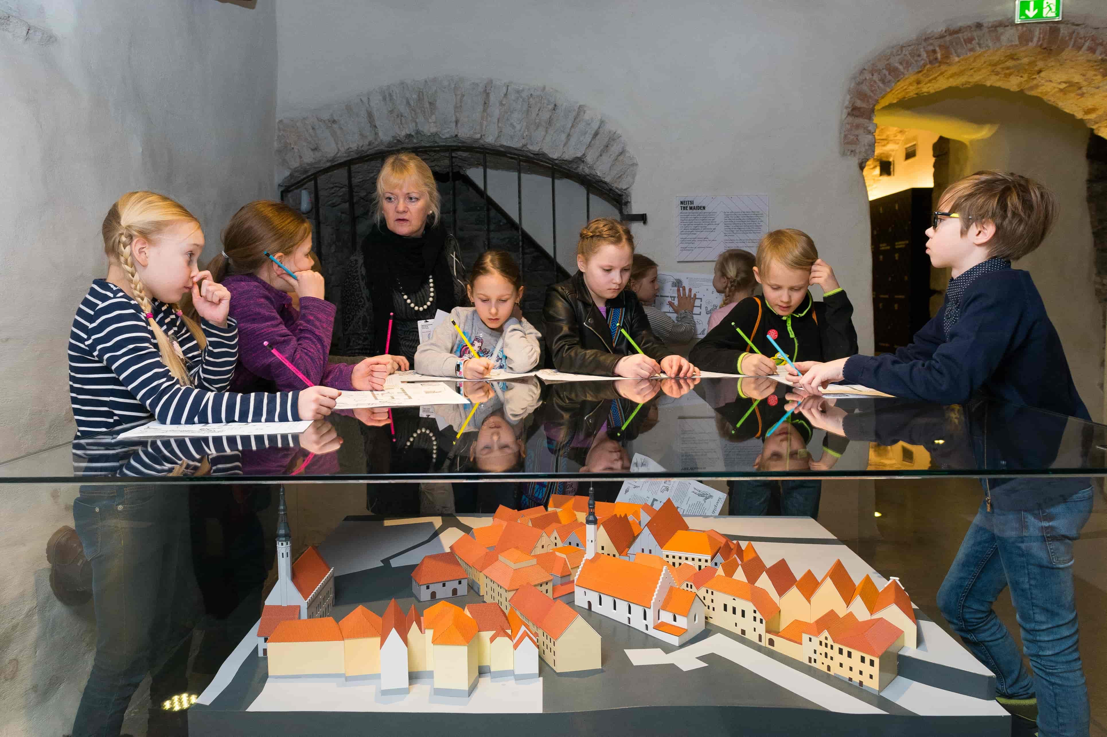 """bad9f9aacb0 Suurgildi lasteprogramm (eesti keeles) """" 800 Tallinnat – ehitame ja  avastame Tallinna kihistusi""""."""